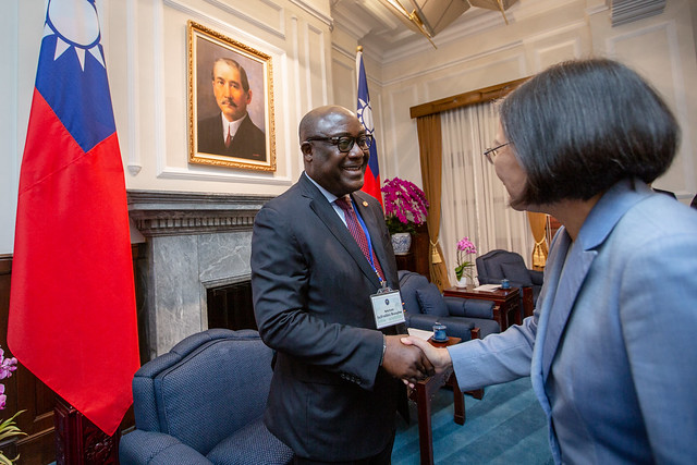 President Tsai shakes hands with President of the Haitian Senate Committee on Foreign Relations Evalière Beauplan.