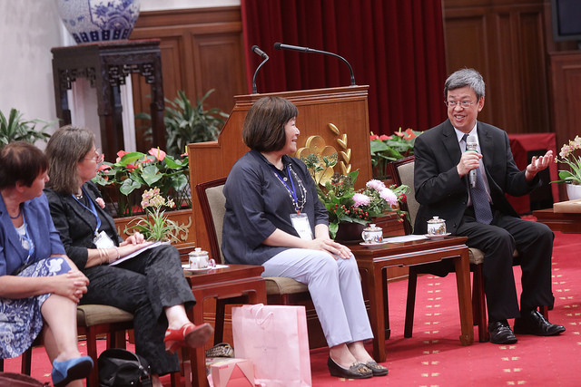 Vice President Chen Chien-jen meets with participants attending the Asian Conference of Women's Shelters.