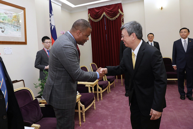 Vice President Chen shakes hands with Mark Brantley, Foreign Minister of Saint Christopher and Nevis.
