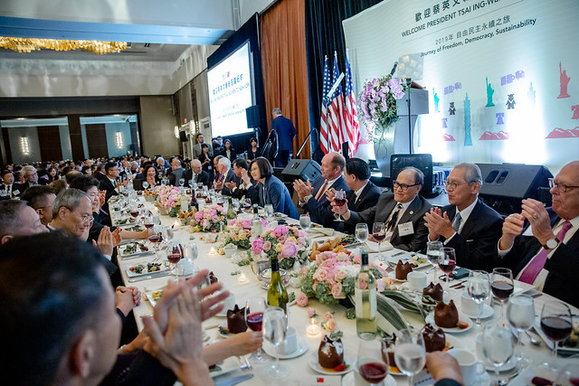 The president attends a banquet with the local and Taiwanese expatriate communities.