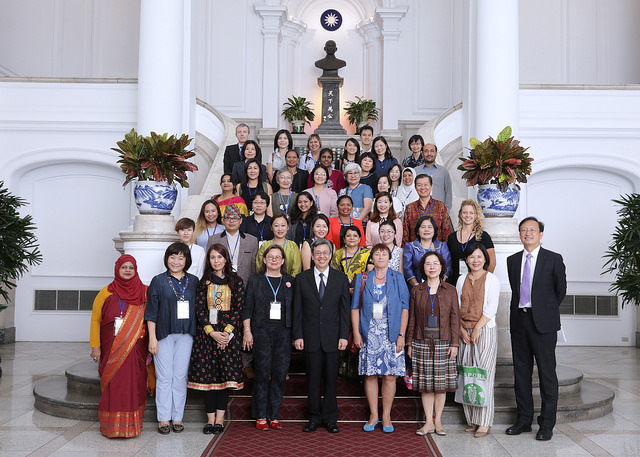 Vice President Chen poses for a photo with participants attending the Asian Conference of Women's Shelters.