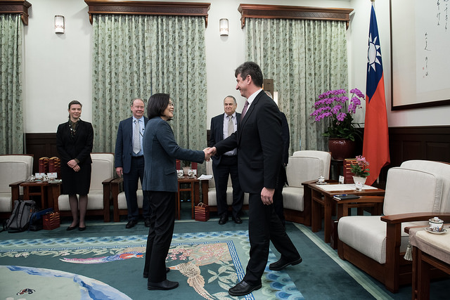 President Tsai shakes hands with Director Michael Szony of Harvard University's Fairbank Center for Chinese Studies.