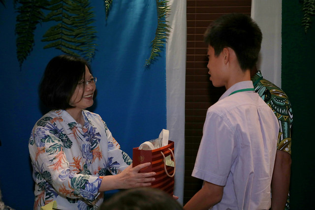 President Tsai talks to a Taiwan expatriate in the Solomon Islands.