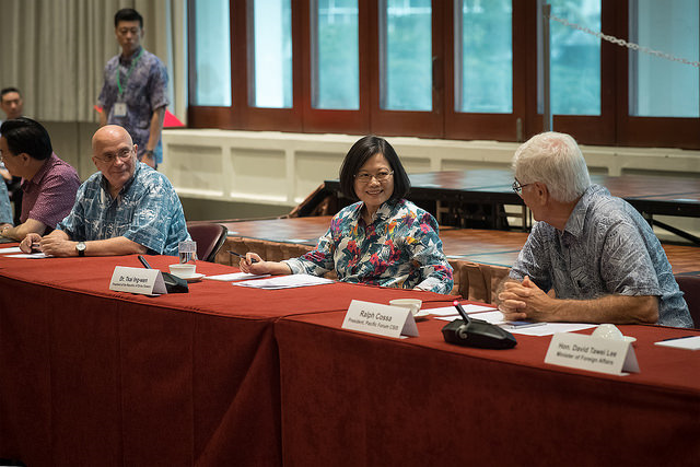 President Tsai attends a seminar with scholars from the East West Center and the Pacific Forum CSIS.