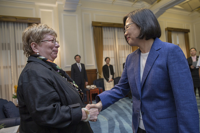 President Tsai shakes hands with Vice Chairman Carolyn Bartholomew of the US-China Economic and Security Review Commission.