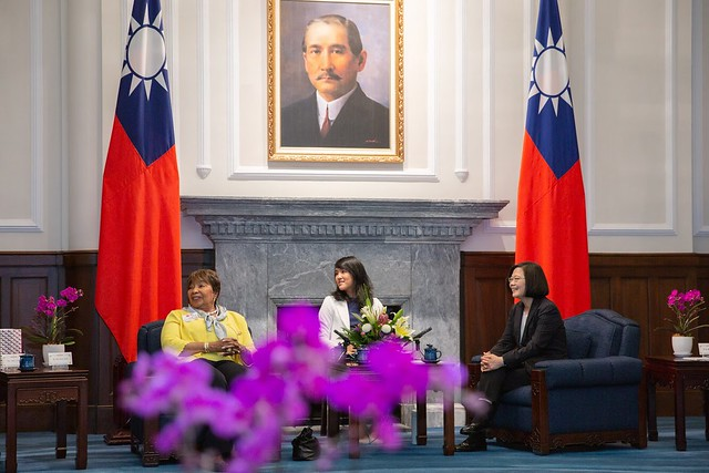 President Tsai exchanges views with a delegation led by Eddie Bernice Johnson, Chairwoman of the US House of Representatives Committee on Science, Space and Technology.