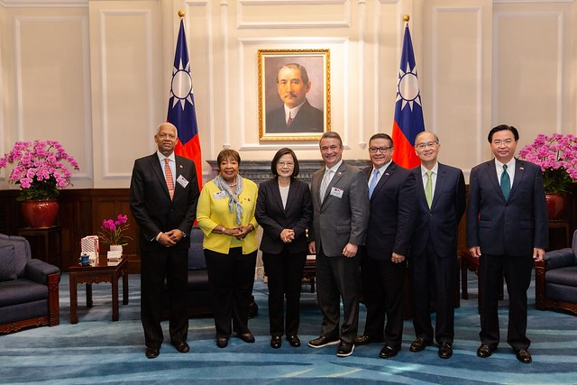 President Tsai Ing-wen poses for a photo with a delegation led by Eddie Bernice Johnson, Chairwoman of the US House of Representatives Committee on Science, Space and Technology.