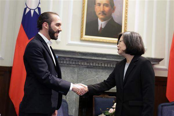 President Tsai shakes hands with Mayor Nayib Bukele of San Salvador, the capital of the Republic of El Salvador.