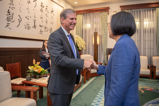 President Tsai shakes hands with US Deputy Assistant Secretary of State Scott Busby.