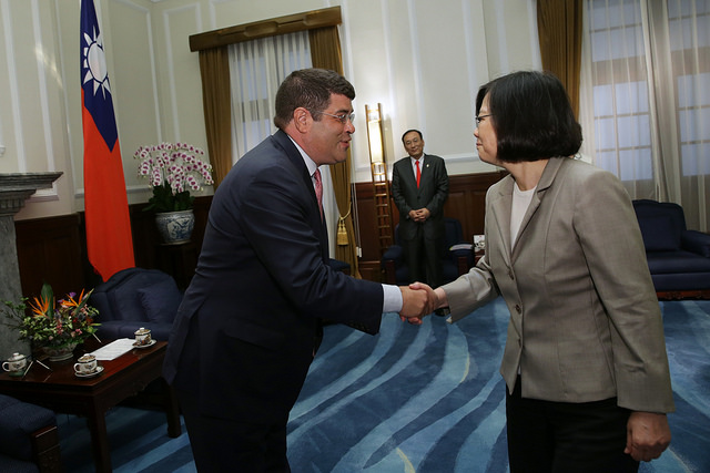 President Tsai shakes hands with Mr. Neal Wolin, a member of the Atlantic Council Board of Directors.