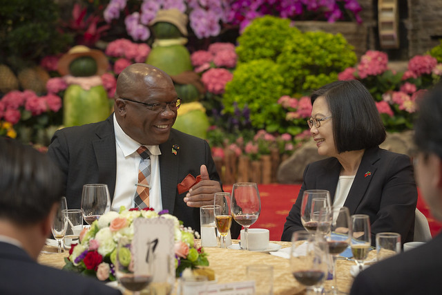 President Tsai has a pleasant conversation with St. Christopher and Nevis Prime Minister Timothy Harris at a state banquet.