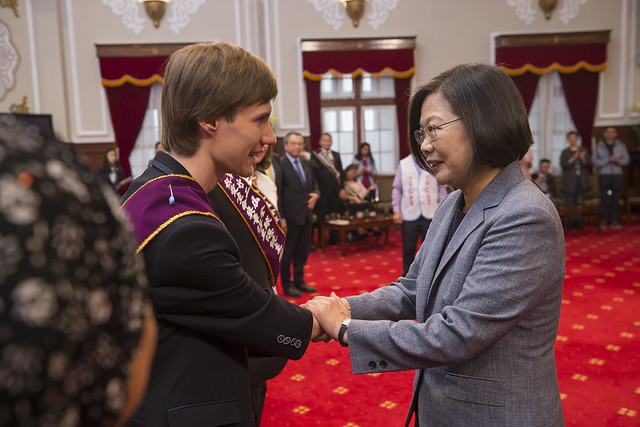 President Tsai Ing-wen meets with the winners of the 22nd Fervent Global Love of Lives Medals.