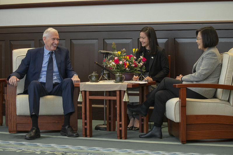 President Tsai exchanges views with American Institute in Taiwan Chairman James Moriarty.