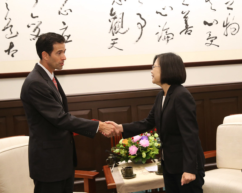 President Tsai shakes hands with International Republican Institute President Daniel Twining.