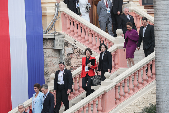 President Tsai walks to the venue of the inauguration of Paraguayan president and vice president.