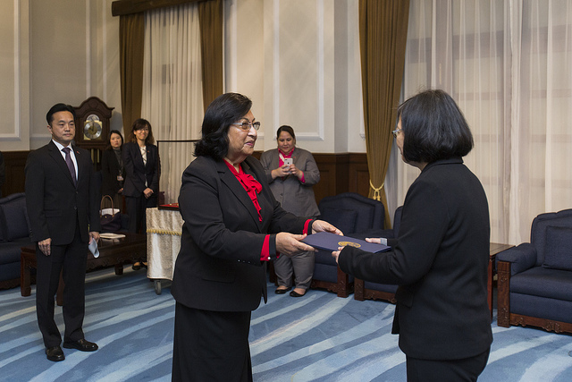 President Tsai Ing-wen receives the credentials from the new Marshall Islands Ambassador to ROC Neijon Rema Edwards.