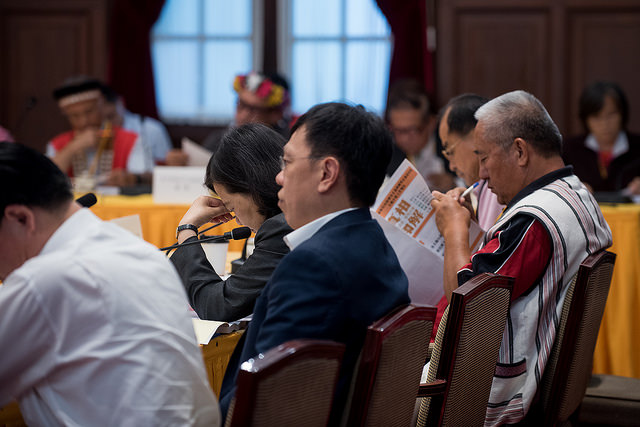 President Tsai listens to briefings at the third meeting of the Presidential Office Indigenous Historical Justice and Transitional Justice Committee.
