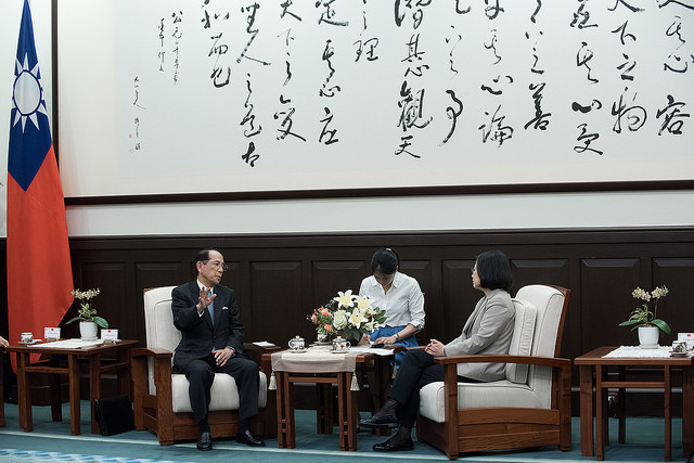 President Tsai exchanges views with Japan-Taiwan Exchange Association Chairman Mitsuo Ohashi.