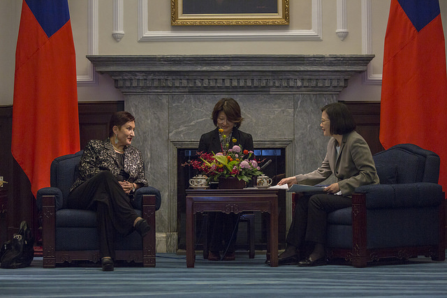 President Tsai exchanges views with Guatemala Attorney General Thelma Aldana.