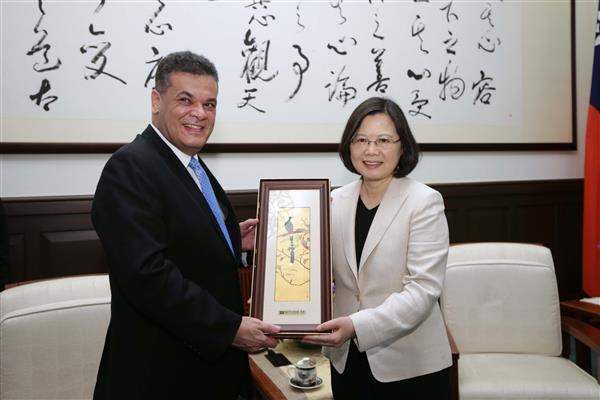 President Tsai exchanges gifts with President Roberto Acevedo Quevedo of Paraguayan Congress and Senate.