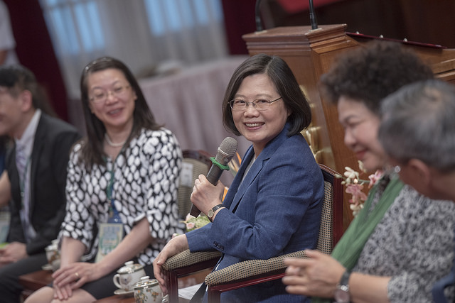 President Tsai, accompanied by Secretary-General to the President Chen Chu, meets with a delegation from the North American Taiwanese Association.