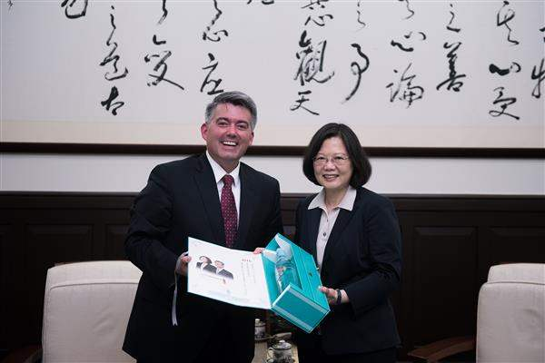 President Tsai presents a gift to Chairman Cory Gardner of the Subcommittee on East Asia, the Pacific, and International Cybersecurity Policy of the US Senate Committee on Foreign Relations.