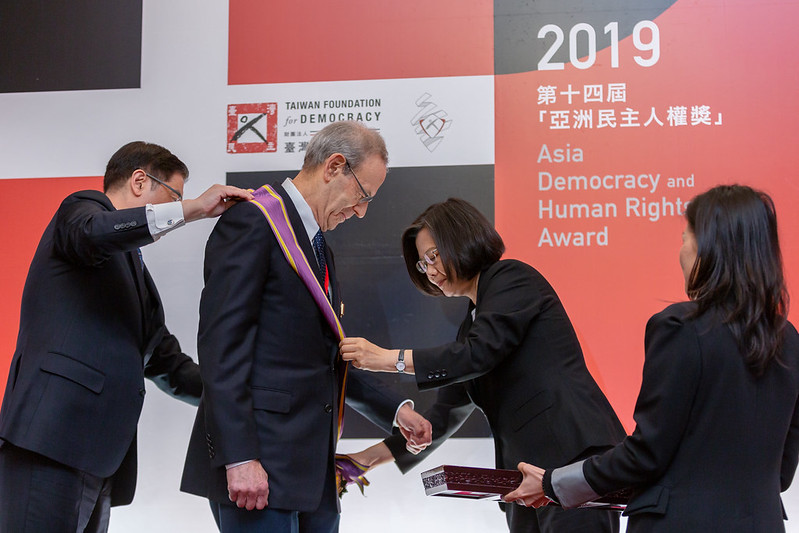 President Tsai confers the Order of Brilliant Star with Grand Cordon upon Mr. Carl Gershman, President of the US National Endowment for Democracy.