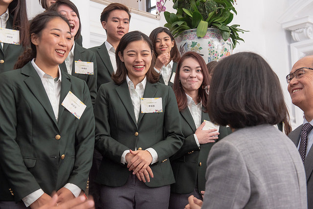 President Tsai meets with 2018 International Youth Ambassadors and Young Agricultural Ambassadors at the Presidential Office.