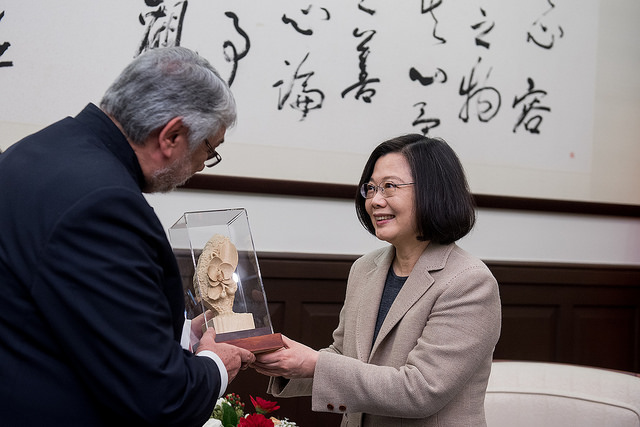 President Tsai exchanges gifts with Paraguayan Congress and Senate President Fernando Lugo.