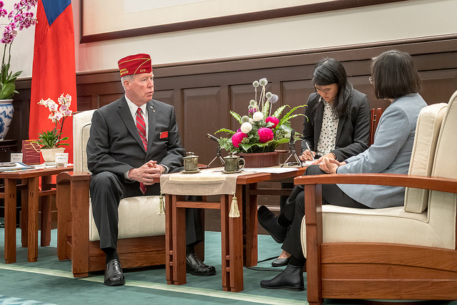 President Tsai exchanges views with American Legion National Commander Brett P. Reistad.