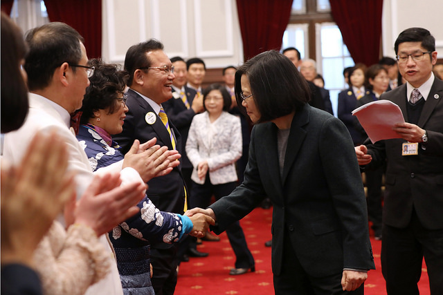 President Tsai shakes hands with representatives of District 300A2 (Taipei) and District 355A (Busan, Korea) of Lions Clubs International.