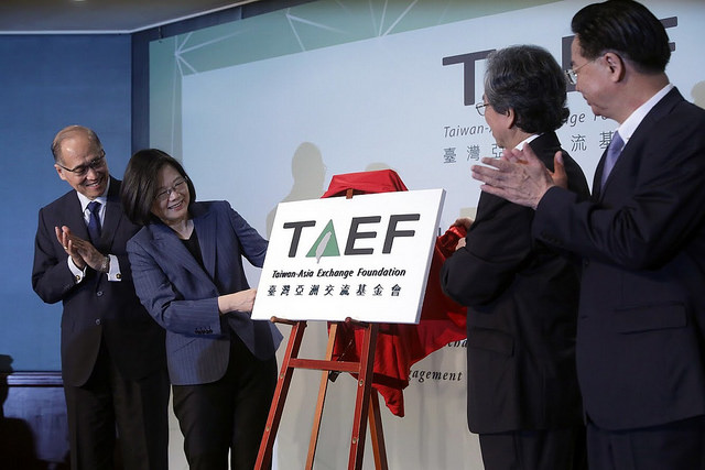 President Tsai unveils the plaque of the Taiwan-Asia Exchange Foundation.