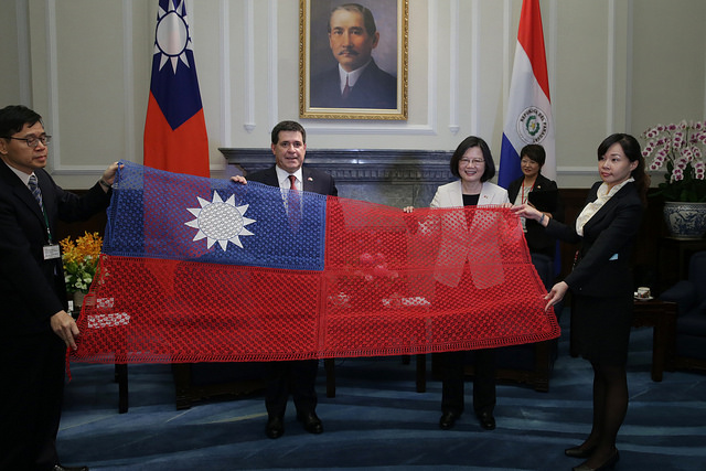 Paraguayan President Cartes presents a gift to President Tsai.