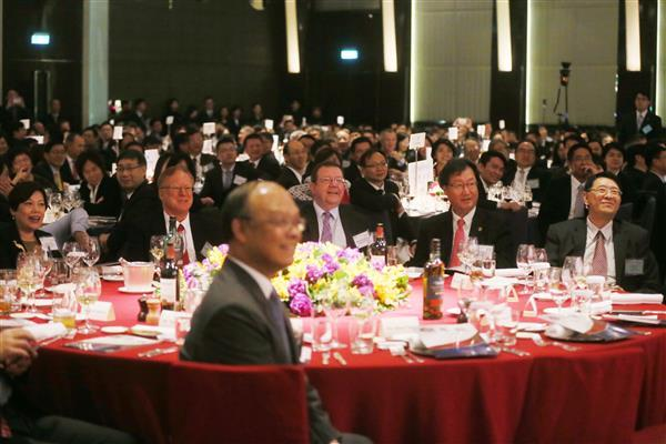 Officials and business people attend the 2017 AmCham Hsie Nian Fan celebration.