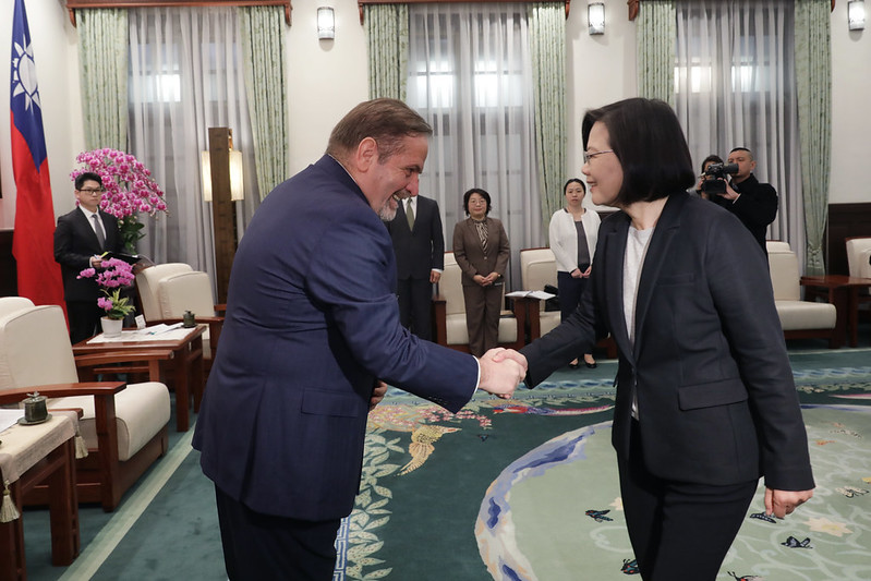 President Tsai shakes hands with European Chamber of Commerce Taiwan Chairman Giuseppe Izzo.