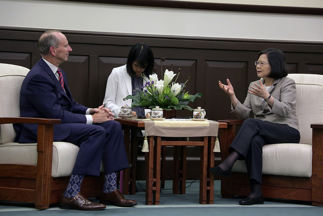 President Tsai meets with a delegation led by former US Chief of Naval Operations Jonathan W. Greenert.