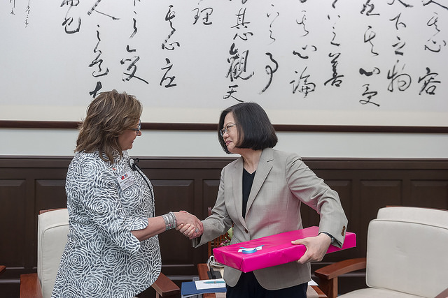 President Tsai receives a gift from US New Mexico Governor Susana Martinez.