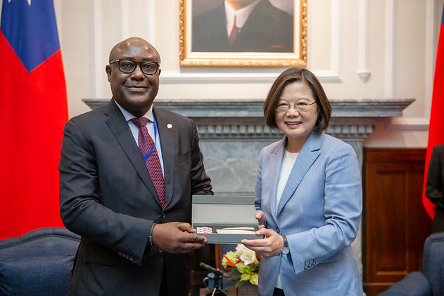President Tsai presents participants in the 9th advanced Spanish international training course for diplomats with gifts.