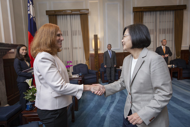 President Tsai shakes hands with Bonnie Glaser, Director of the China Power Project at CSIS.