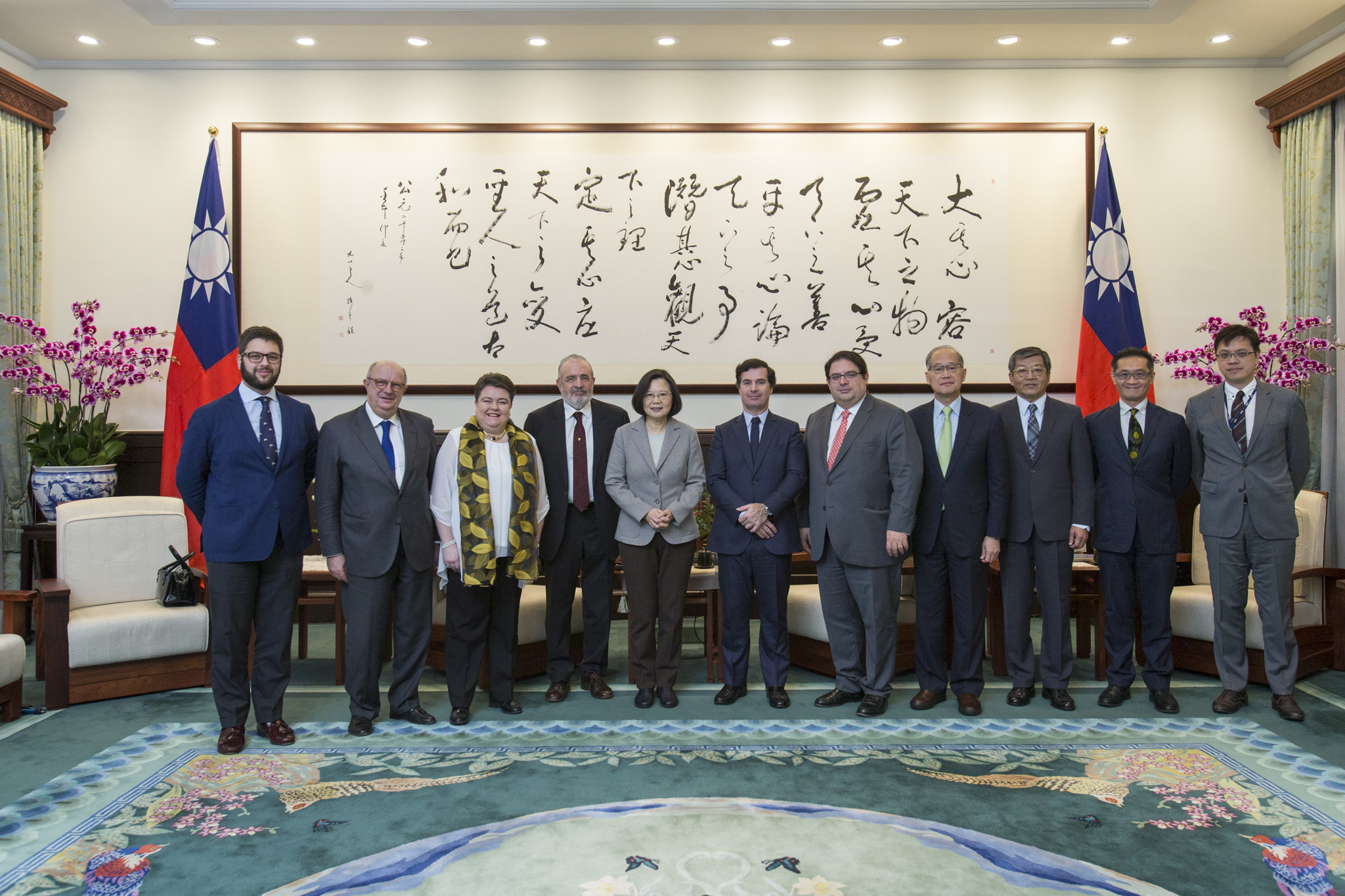 President Tsai poses for a photo with a delegation from the European Parliament.