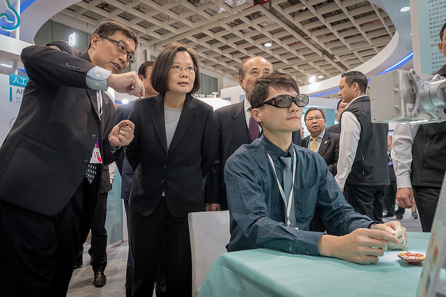 President Tsai tours the 2018 Taiwan Healthcare+ Expo.
