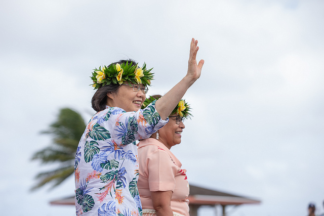 President Tsai waves greetings to people welcoming her to the Marshall Islands.