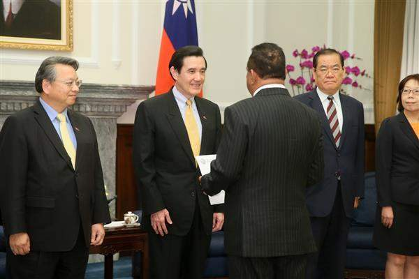President Ma receives credentials from Republic of the Marshall Islands' new Ambassador to the ROC Frederick H. Muller. (01)