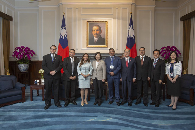President Tsai poses for a photo with a delegation led by Honduran Vice President Olga Alvarado and her husband.