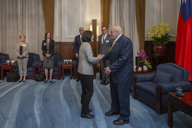 President Tsai shakes hands with Ambassador Richard Armitage, former US Deputy Secretary of State.