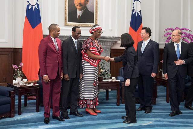 President Tsai shakes hands with new Burkina Faso Ambassador to the ROC Aminata Sana/Congo.