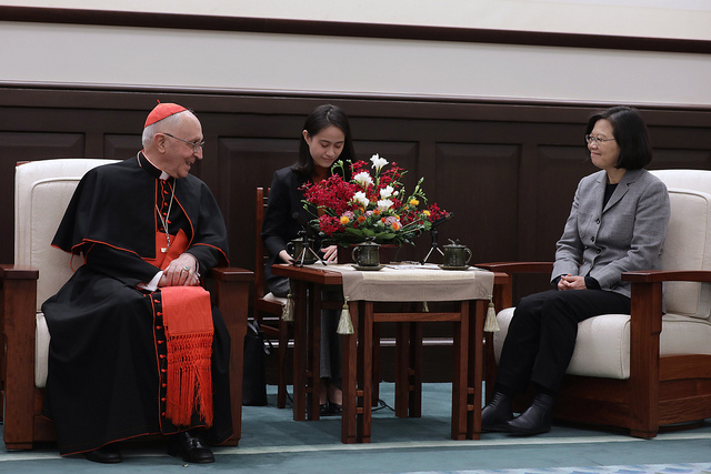 President Tsai exchanges views with Cardinal Fernando Filoni, Prefect of the Vatican's Congregation for the Evangelization of Peoples.