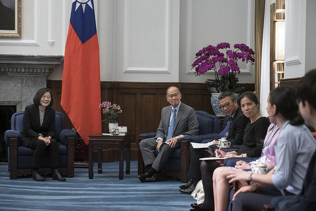 President Tsai Ing-wen has a conversation with foreign youth representatives sponsored by the Taiwan Fund for Children and Families.