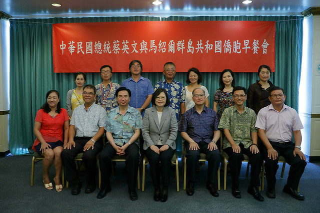 President Tsai poses for a group photo with members of the expatriate community in the Marshall Islands.
