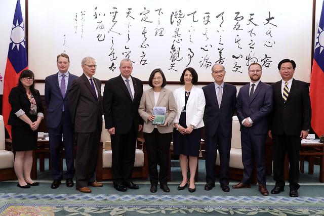 President Tsai meets with a delegation from the Brookings Institution.